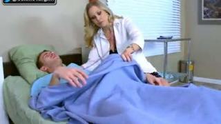 سكس طبيب نسوانجي يستدرج مريضة حيحانه وينيكها في المستشفى العرب ...